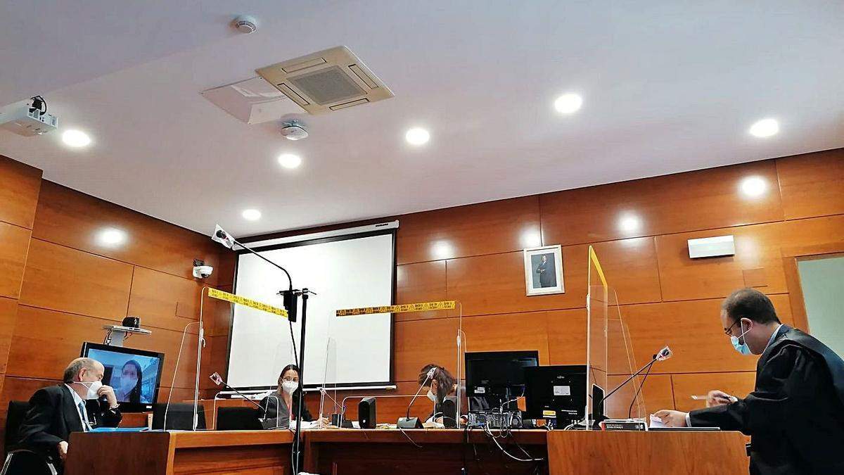La acusada testifica por videoconferencia en el juicio celebrado ayer en el Juzgado de lo Penal.   S. A.