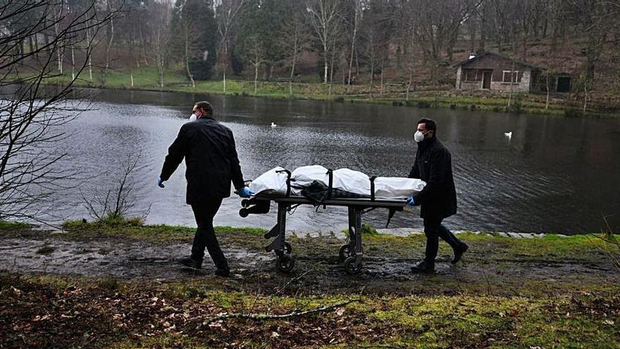 Un viandante halla el cadáver de una mujer que flotaba en un lago de Marín