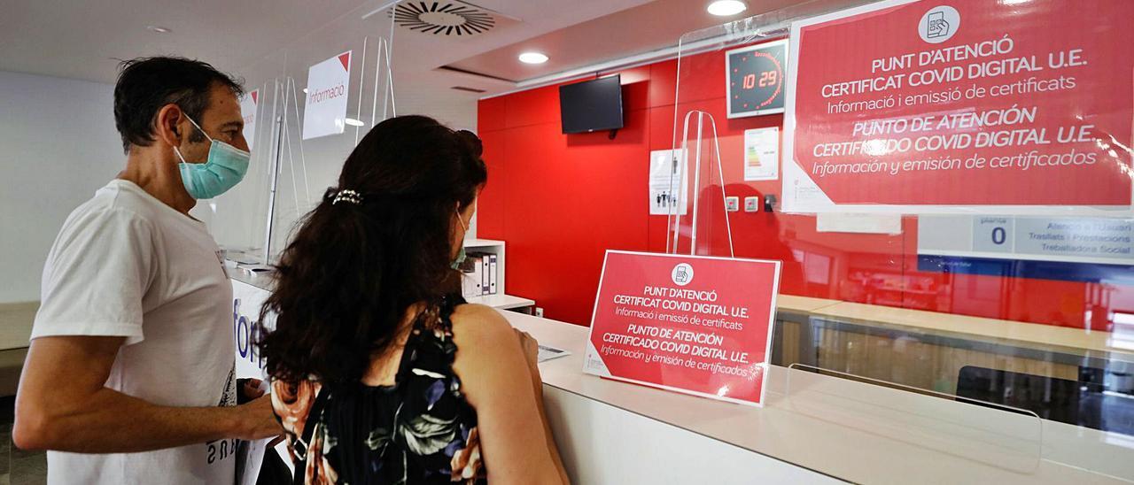 1 Usuarios ante el mostrador del punto de atención y emisión de certificados covid digitales.
