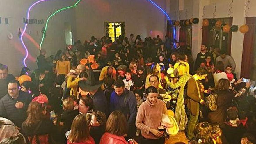 Bambalinas reúne a numerosos niños y adultos en su fiesta dedicada a Halloween