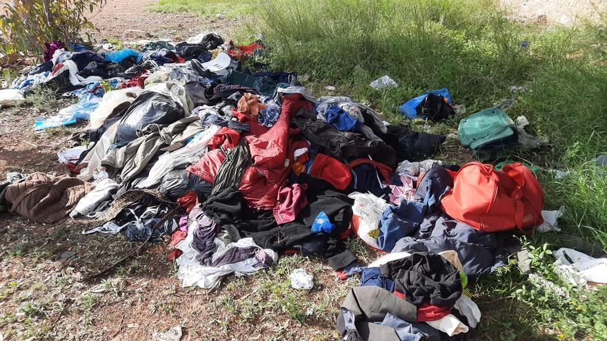 ARBA recoge unos 400 kilos de ropa abandonada en la carretera de Alumbres en tiempo récord