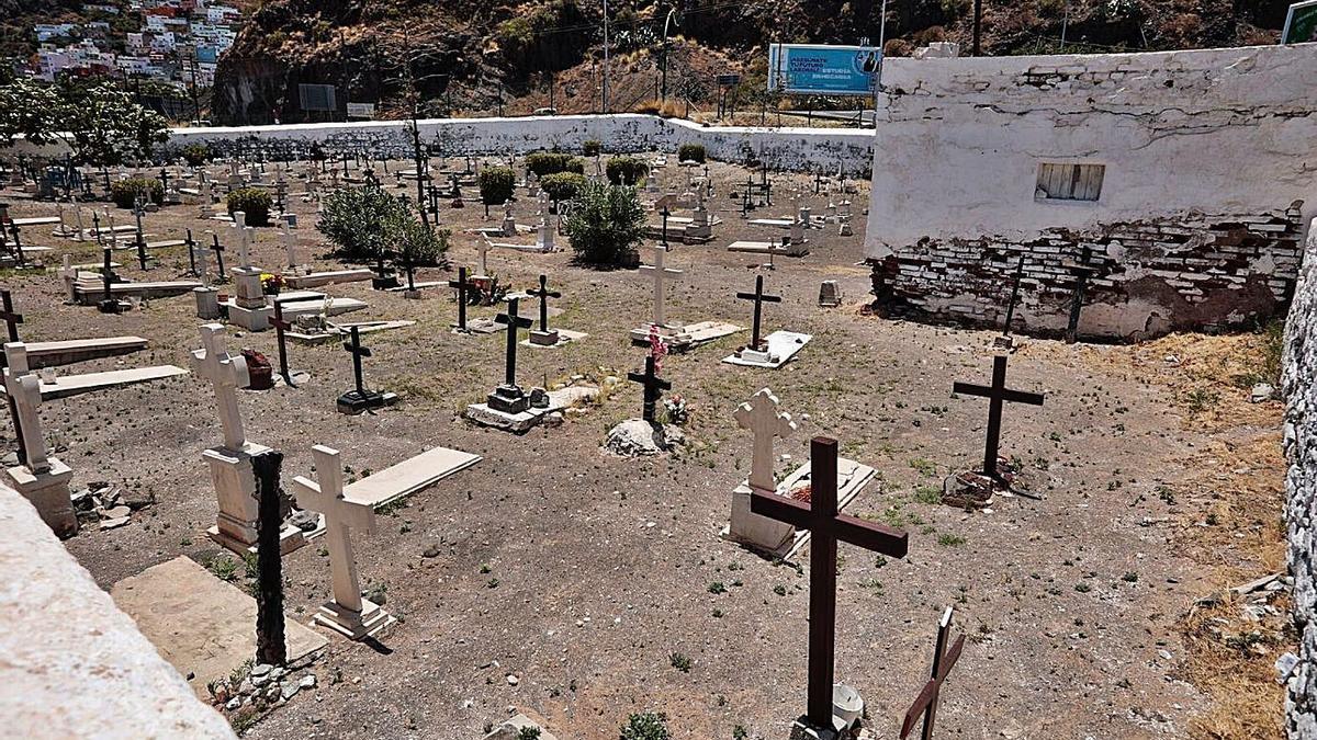 Estado que presenta el cementerio de San Andrés, junto a la playa de Las Teresitas.     MARÍA PISACA