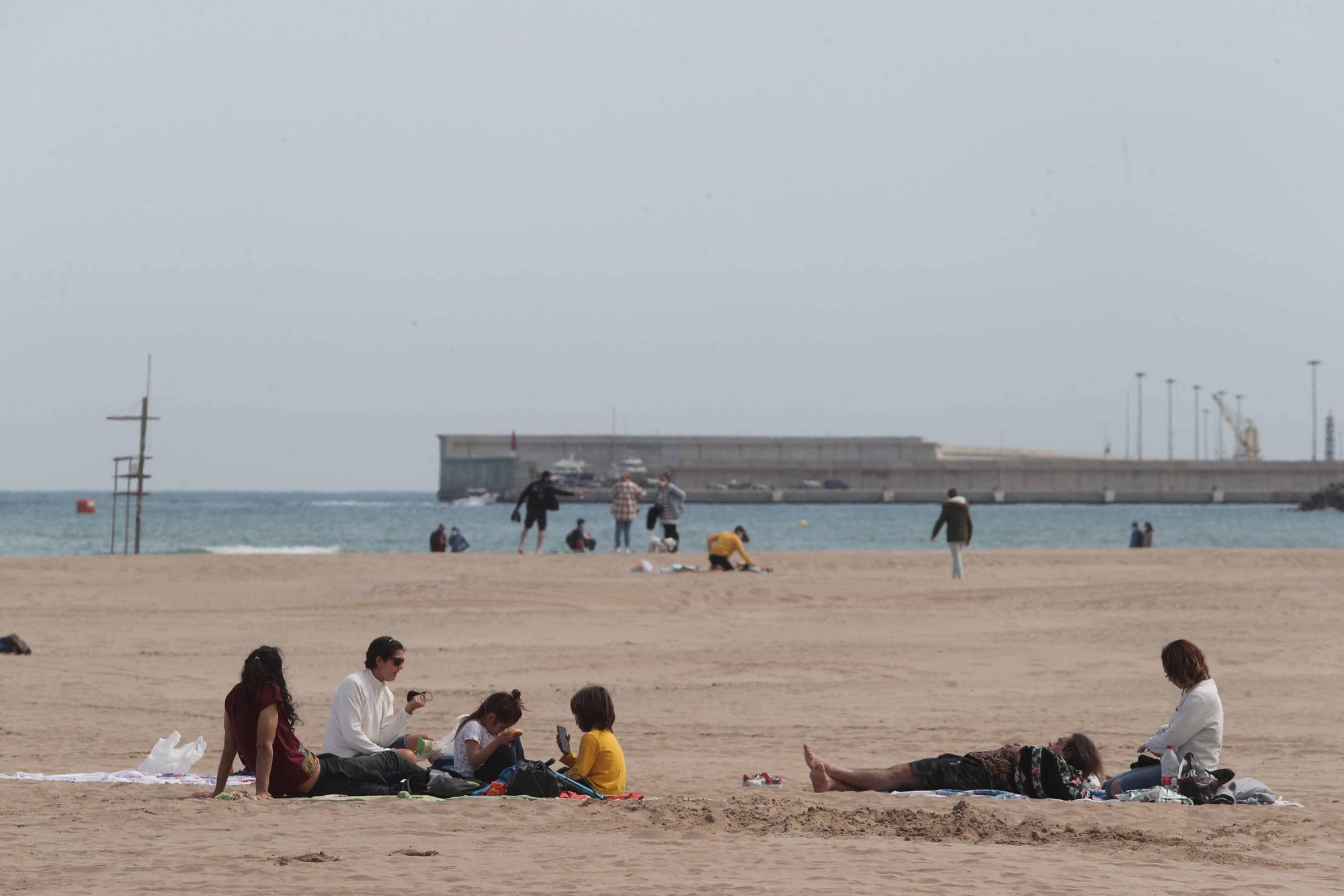 Playas, paseos y terrazas, llenos por el buen tiempo