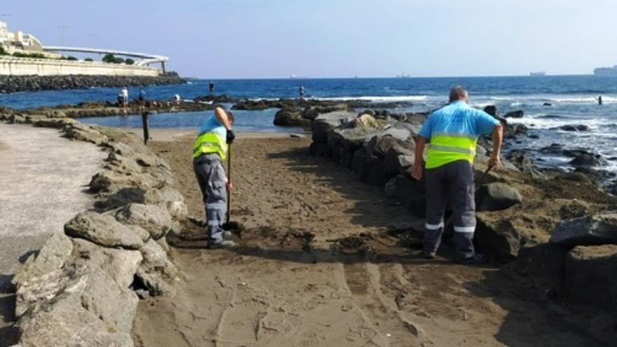 Ciudad de Mar intensifica en octubre la retirada de arena acumulada en el paseo de La Laja
