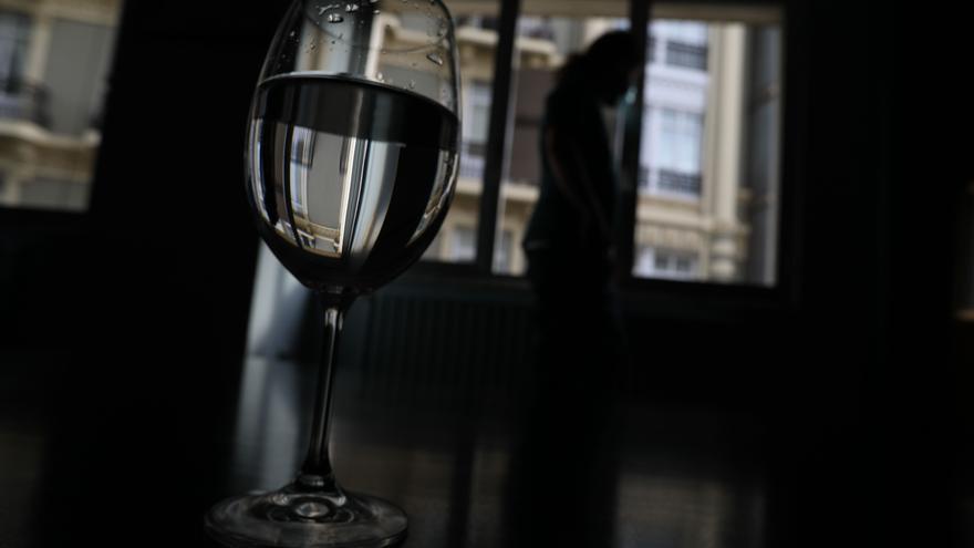 Sola, con culpa y escondiendo el maltrato que el 80% sufre: el perfil de la mujer adicta