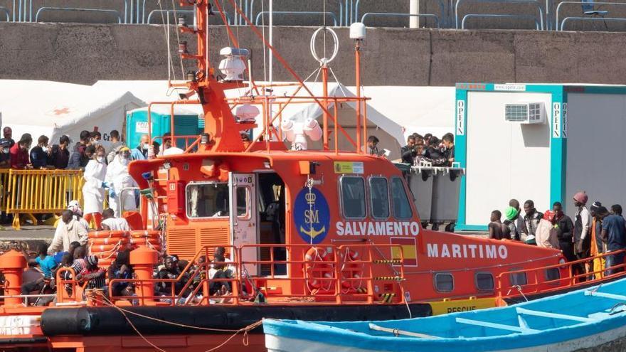 Cuatro fallecidos al volcar una patera a pocos metros de la orilla en Lanzarote