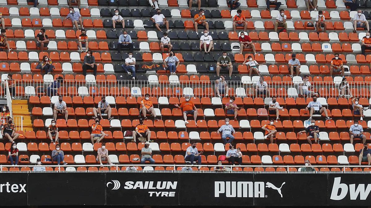 El público volvió a Mestalla esta domingo, aunque con distancia de seguridad.  | EFE