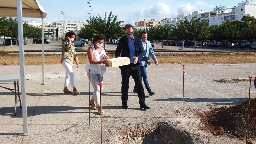 Armengol coloca la primera piedra de 57 VPO en El Molinar