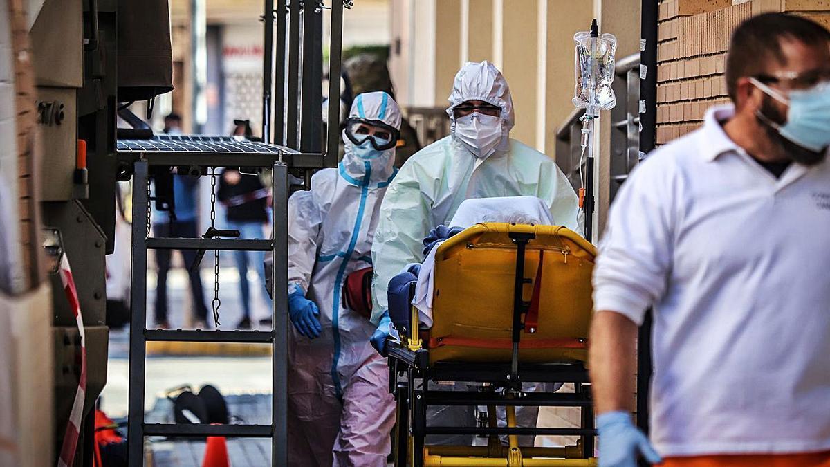 Personal sanitario en una residencia intervenida en Formentera del Segura. | TONY SEVILLA