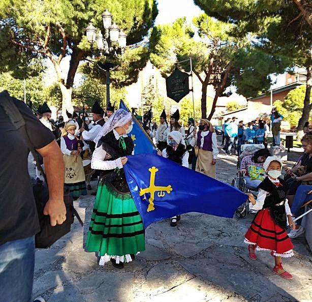 La banda, con la bandera asturiana, durante las celebraciones. | R. A. M. S.
