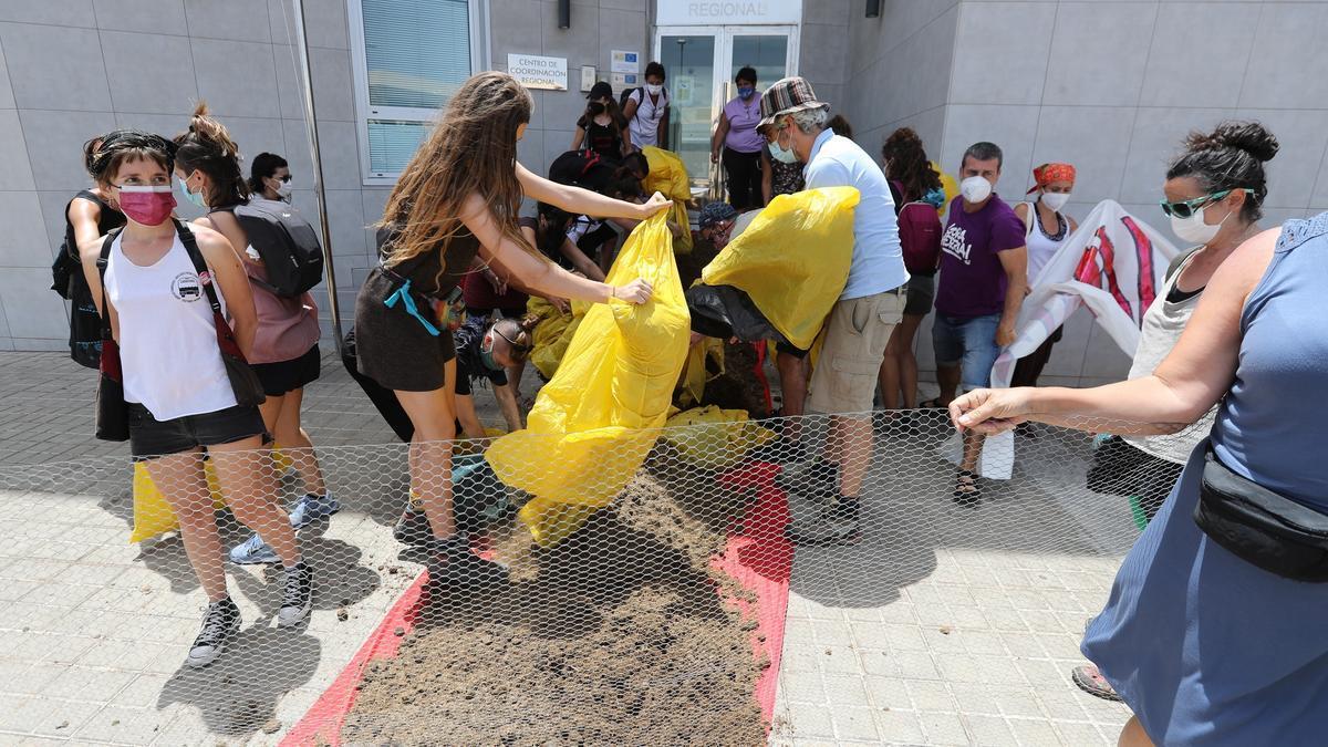 Esparcen 150 kilos de estiércol a la entrada de Frontex en Gran Canaria