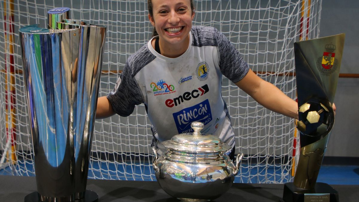 Isa Medeiros con los tres títulos conseguidos en la temporada 20/21