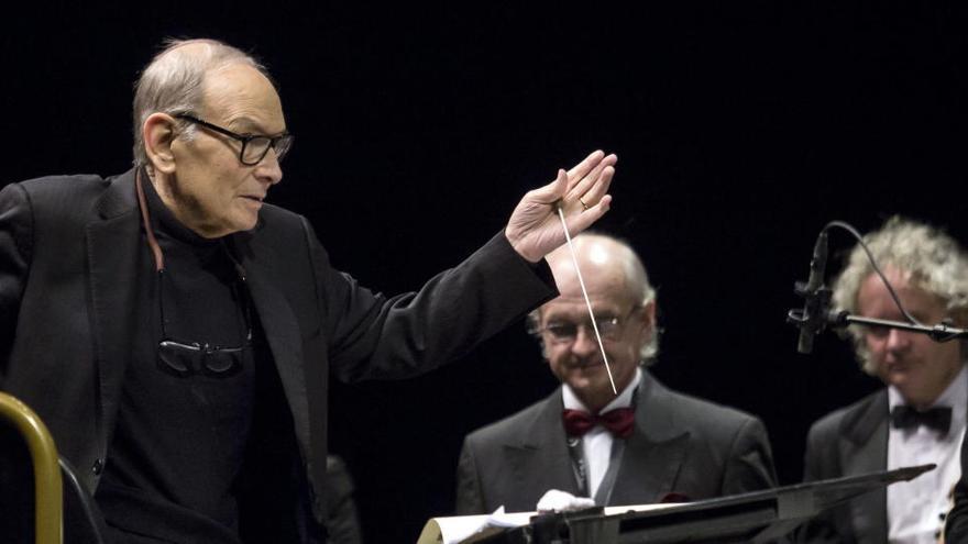 El compositor Ennio Morricone dirige la Orquesta Sinfónica Nacional Checa.