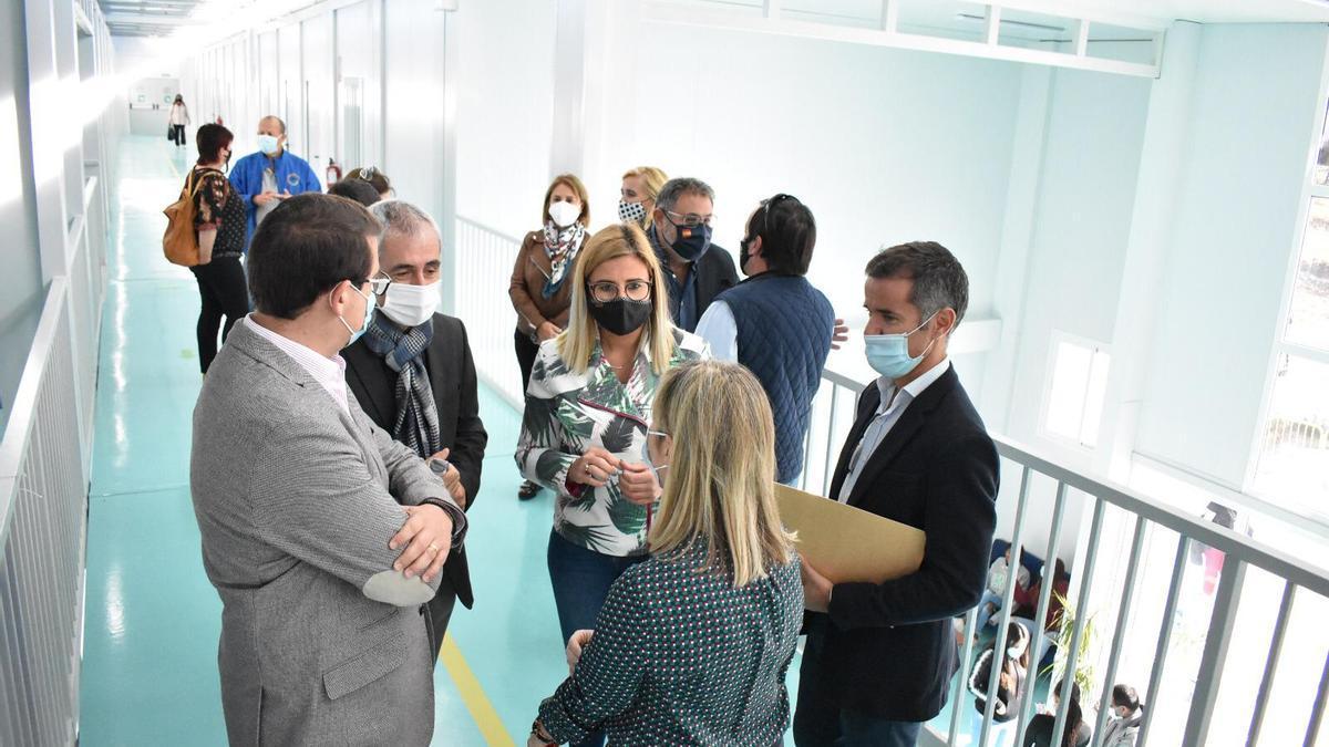 La visita del director de Infraestructuras Educativas a las aulas prefabricadas del IES Azorín en el día de ayer.