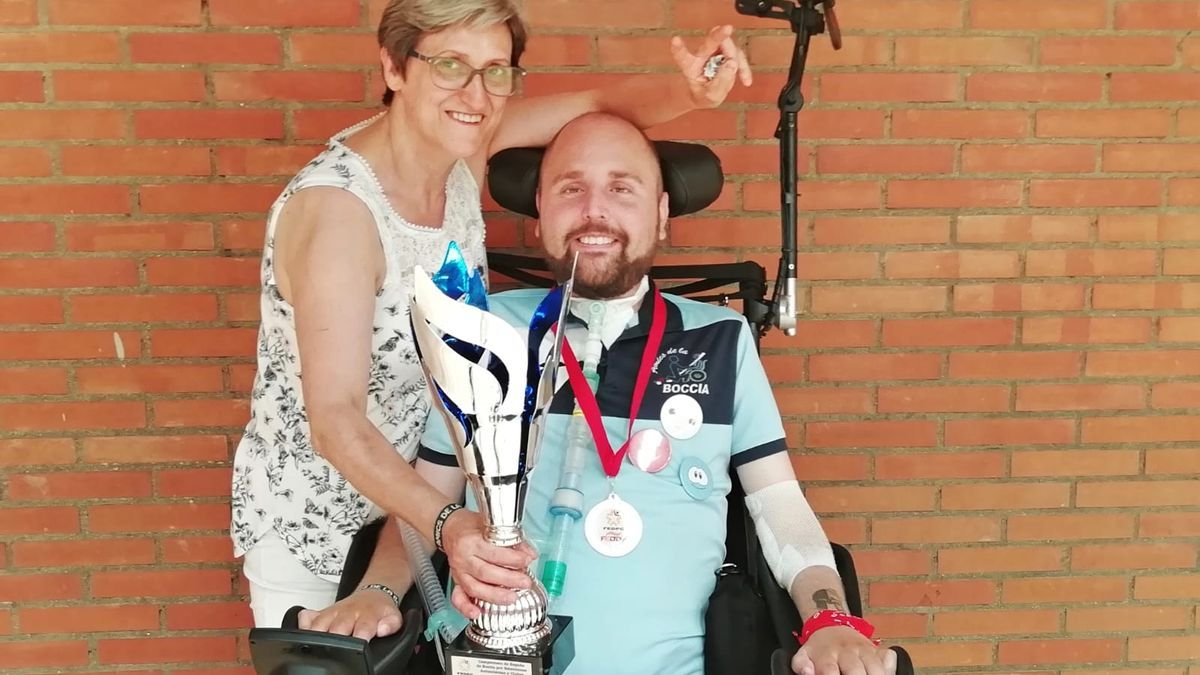 Ivan Alemany muestra uno de los muchos trofeos que ha ganado