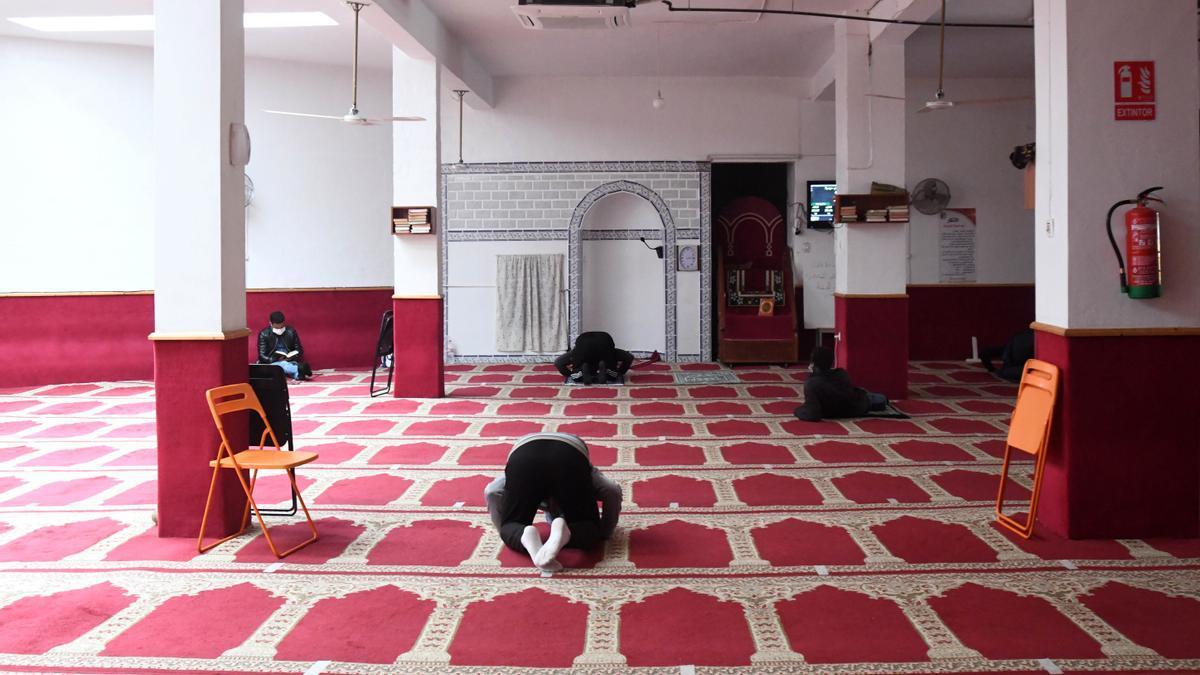 Fieles orando en la mezquita del barrio del Carmen, ayer.