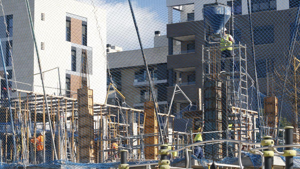 Bloque de viviendas en construcción en uno de los barrios nuevos de la ciudad.