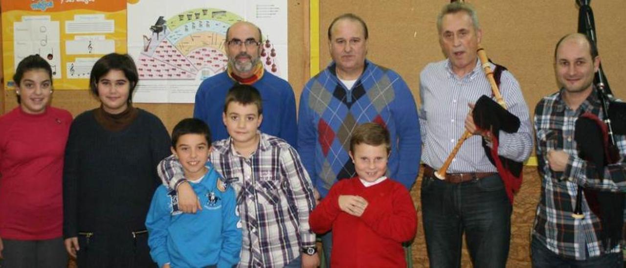 Intérpretes, músicos y maestros, en el aula del Poeta Antón.