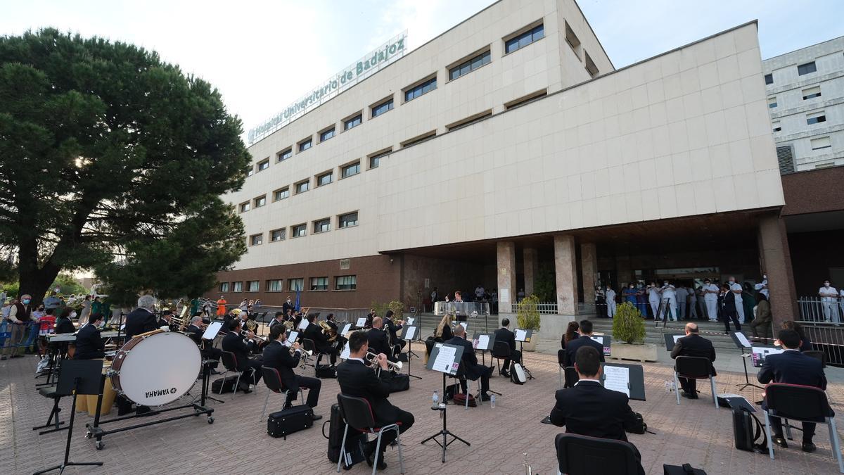 La Banda Municipal de Música de Badajoz, ayer, a la entrada del Hospital Universitario.