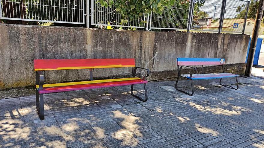 Repintan con los colores de la rojigualda un banco en homenaje al colectivo LGTBI en Sada