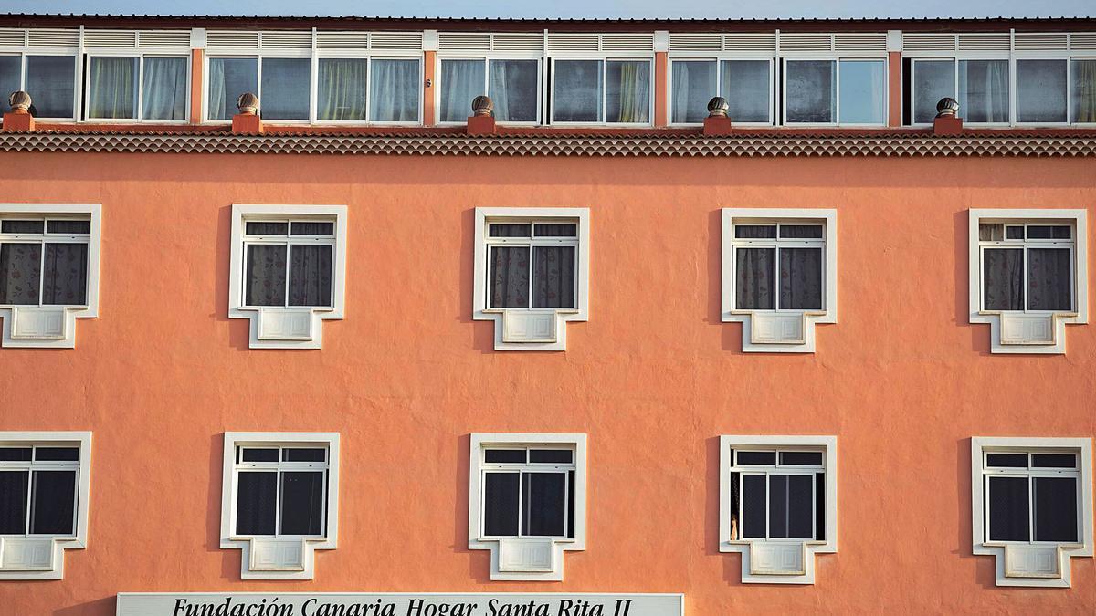 Ventanas de la fachada principal del Hogar Santa Rita, en el Puerto de la Cruz. | | CARSTEN W. LAURITSEN
