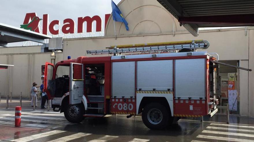 Un herido leve por un incendio en un centro comercial de Gijón