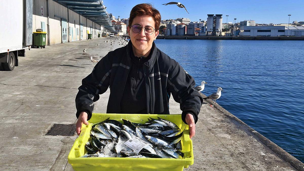 Sonia Revert López, con una caja de sardinas en la lonja del puerto. |   // VÍCTOR ECHAVE