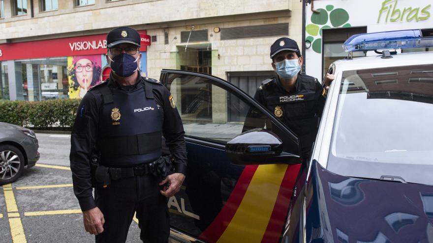Los héroes de la avenida de Galicia de Oviedo: dos policías nacionales evitan un suicidio en la céntrica calle