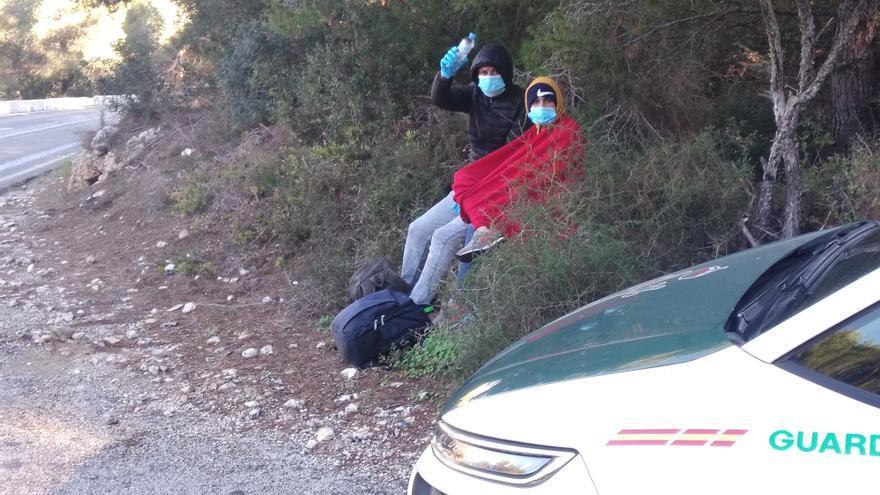 Llega una patera con 12 migrantes a la cala de la Barraca de Xàbia