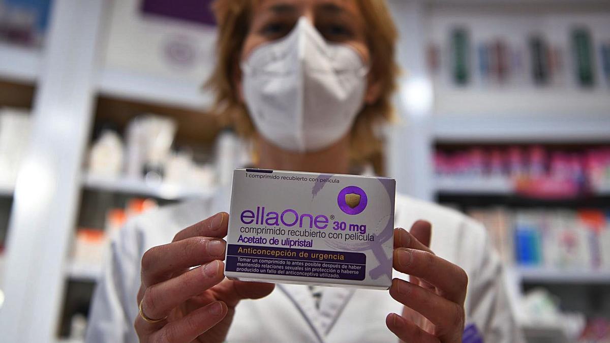 La farmacéutica coruñesa Paula Briones sostiene un envase de la pildora 'del día después'.