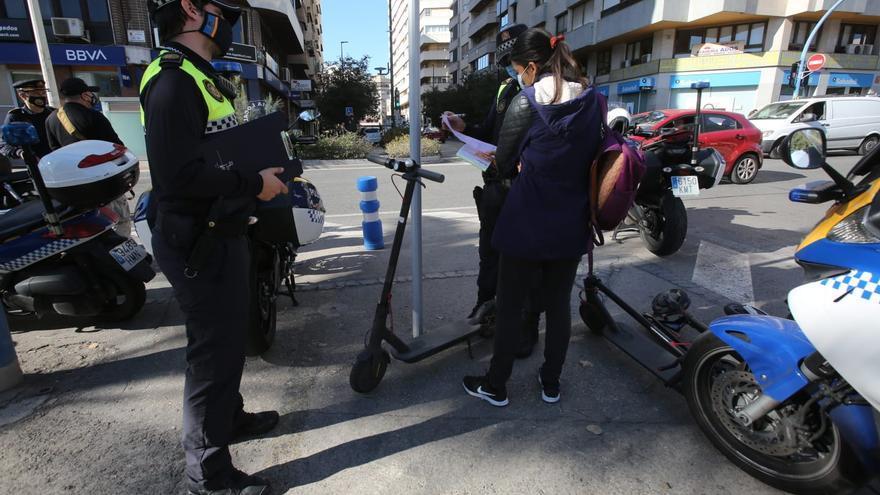 La Policía retira los patinetes a los usuarios que circulan sin casco