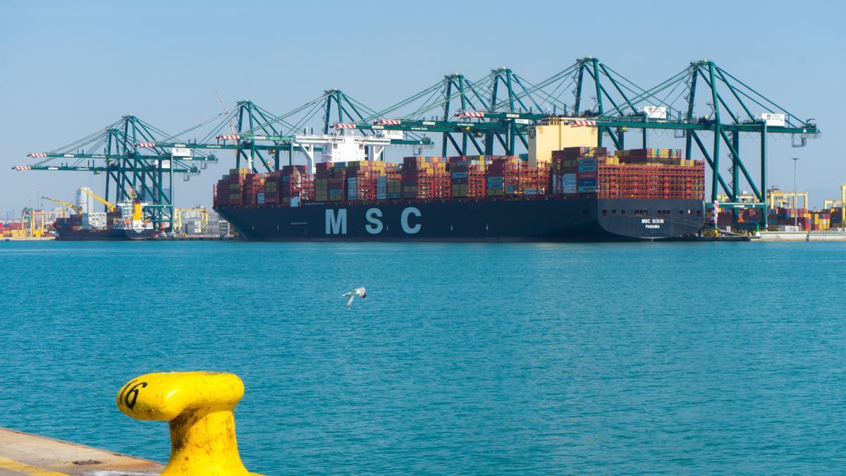 Un enorme carguero lleno de contenedores en el Puerto de València