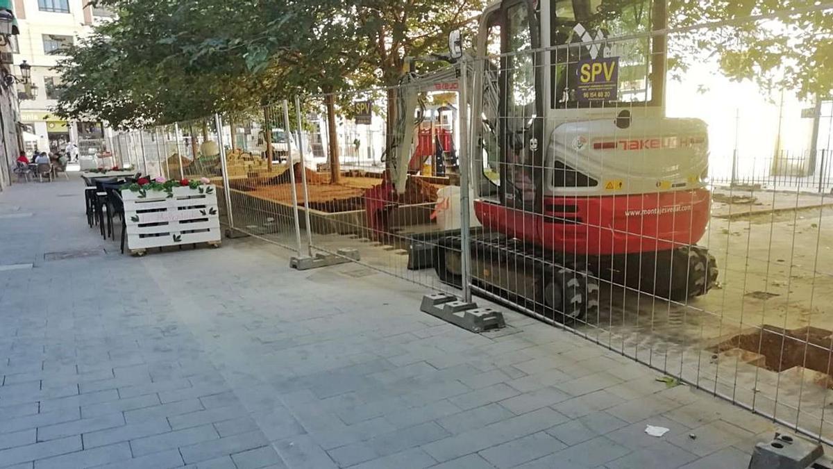 Las obras en la zona ajardinada han estrechado el resto de dotaciones. | LEVANTE-EMV