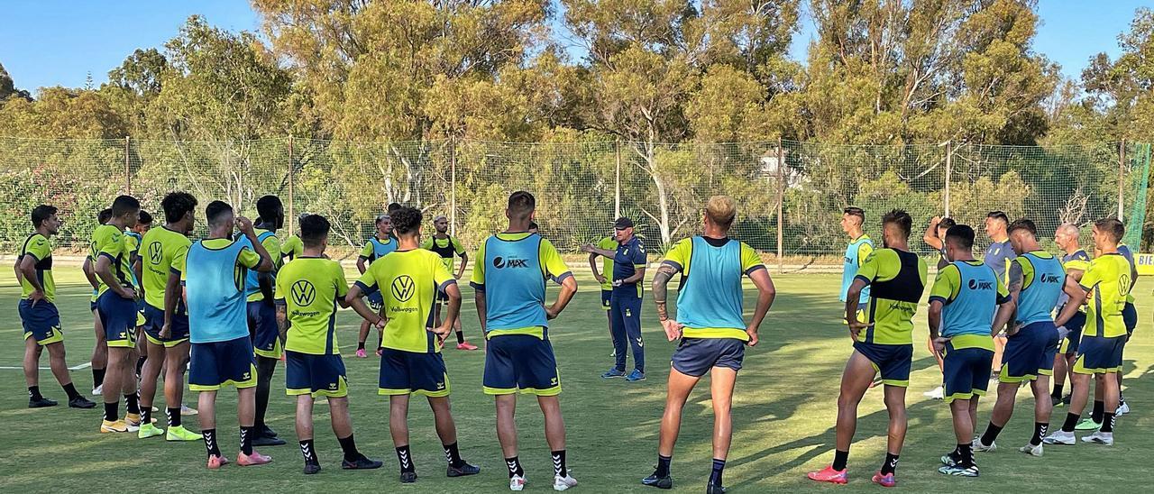 Los jugadores de la UD Las Palmas rodean al técnico Pepe Mel al término del entrenamiento de ayer en los campos de La Dama de Noche, en Marbella. | | LP/DLP