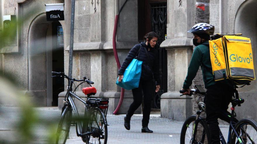 El govern espanyol aprova la llei 'rider' que fixa que els repartidors siguin assalariats