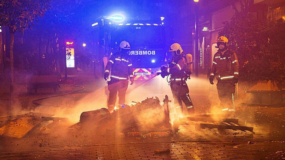 Bomberos de Logroño apagan papeleras incendiadas por manifestantes. |   // RAQUEL MANZANARES