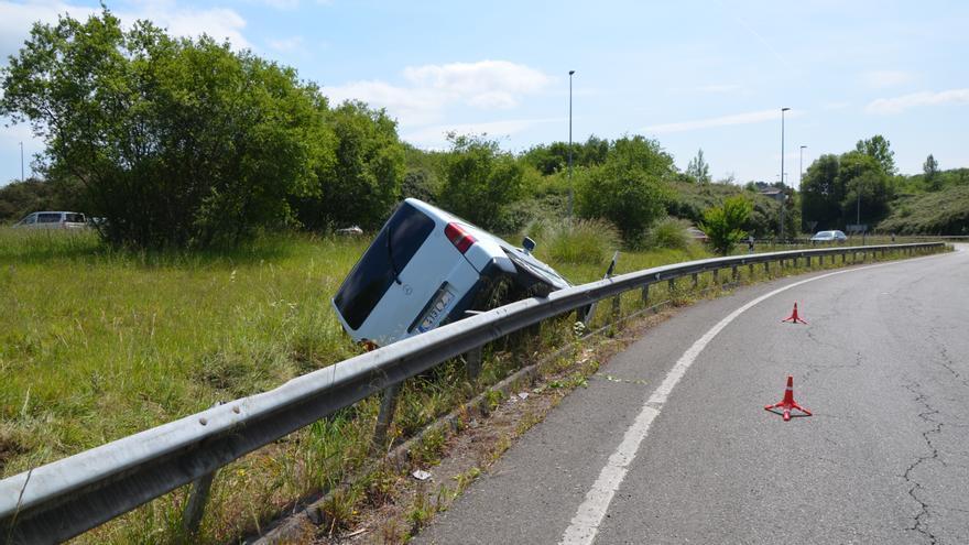 Una furgoneta sufre un aparatoso accidente en la salida de Tabaza