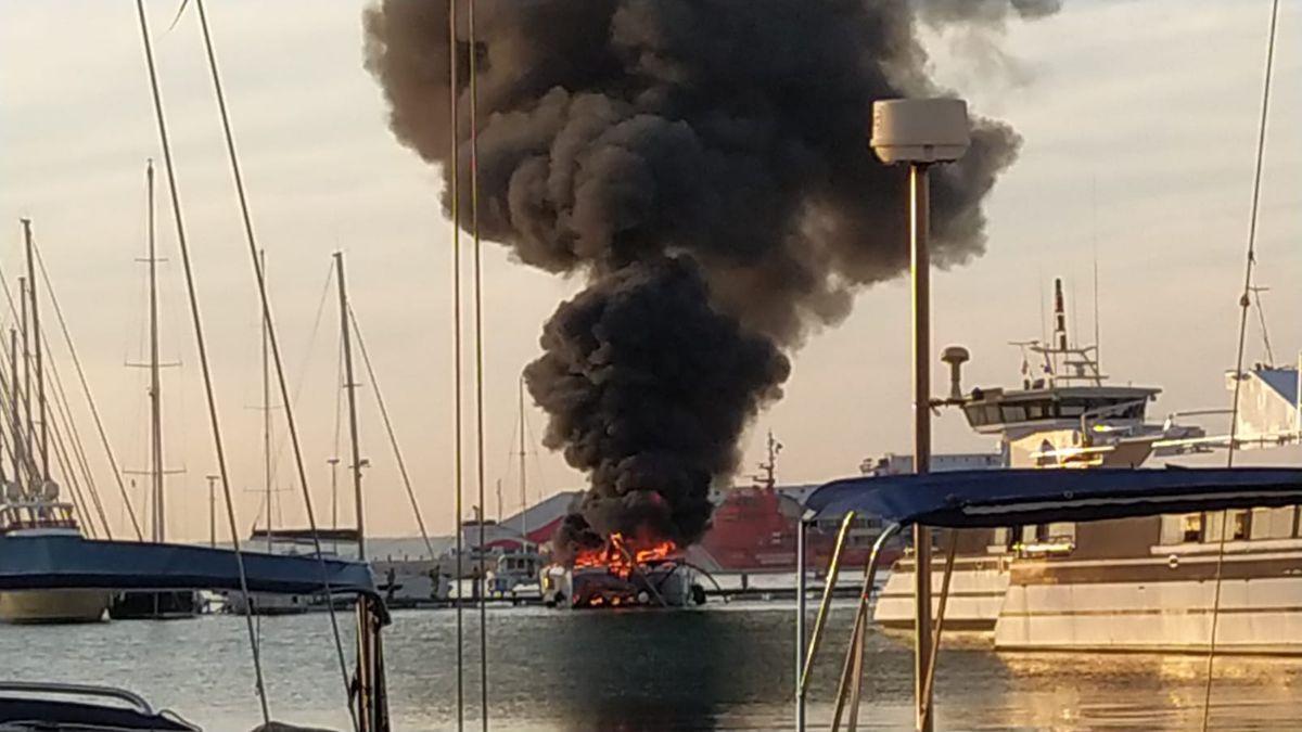 Arde un catamarán en el puerto de Palma.