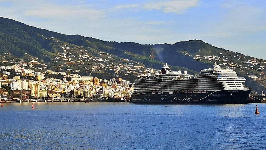 El puerto capitalino recibe a su primer crucero, pero el pasaje no baja a tierra