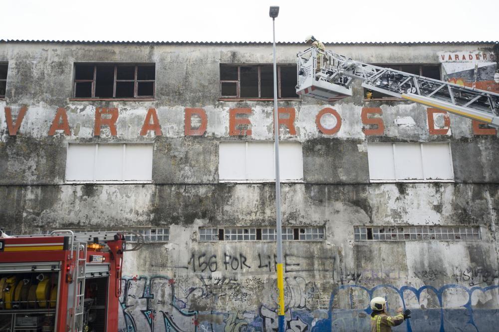Los Bomberos acudieron a apagar un fuego en las instalaciones afectadas, abandonadas.