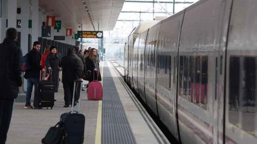 El ministro Ábalos mantiene la fecha de llegada del AVE a Galicia en 2021, en contra de la UE