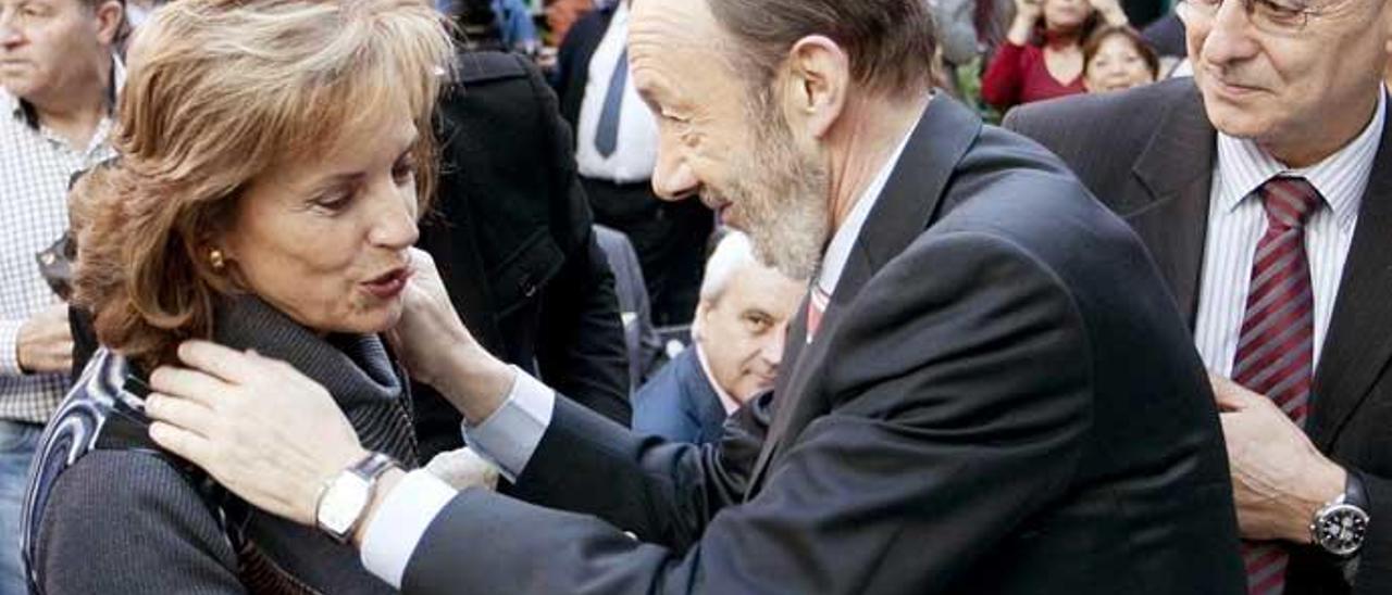 Rubalcaba, con Natividad Rodríguez, viuda de Fernando Buesa, político socialista asesinado por ETA.