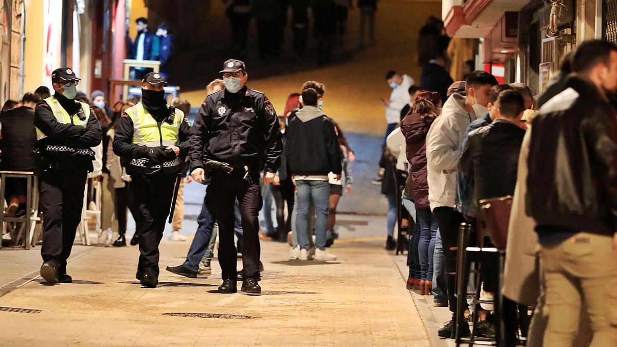 Policías vigilan una zonade bares de Cartagena,el pasado mes de marzo.