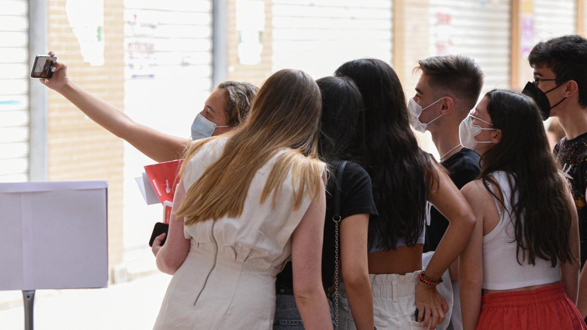 Varios adolescentes se echan un selfie.