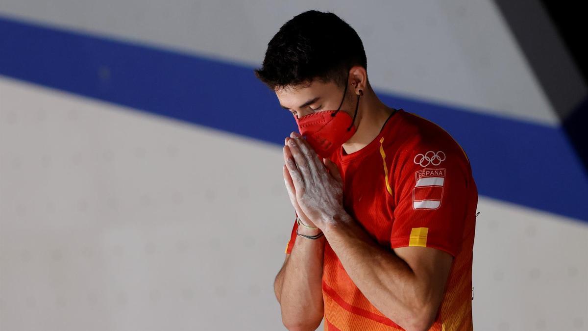 El español Alberto Ginés celebra tras conseguir la medalla de oro en escalada durante los Juegos Olímpicos 2020