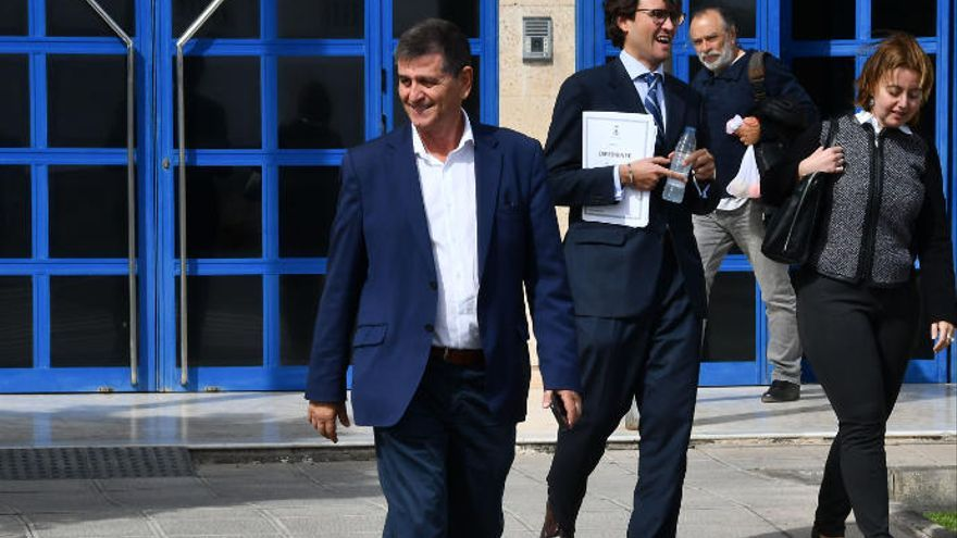 El alcalde de Santa Lucía cesa a cinco concejales del grupo de gobierno