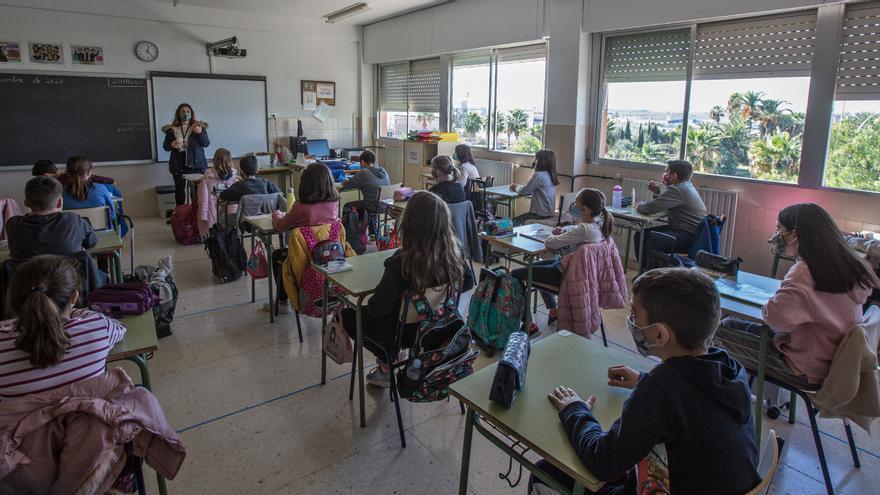 Los contagios escolares bajan un 56% en solo una semana en Alicante