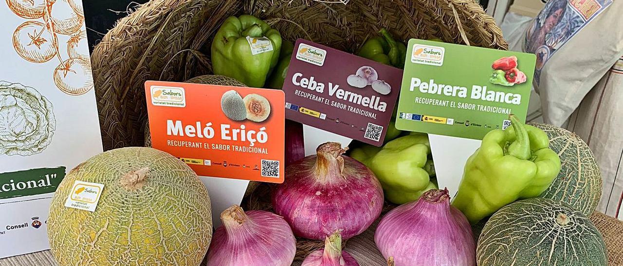 Productos de Eivissa en una mesa dispuesta en la entrada al Mercat Nou. | D. TIRADO