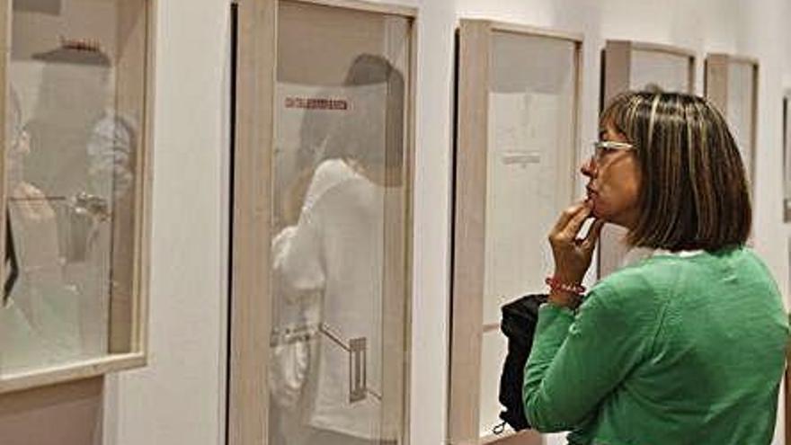 Una visitante observa una de las obras exhibidas en la muestra.