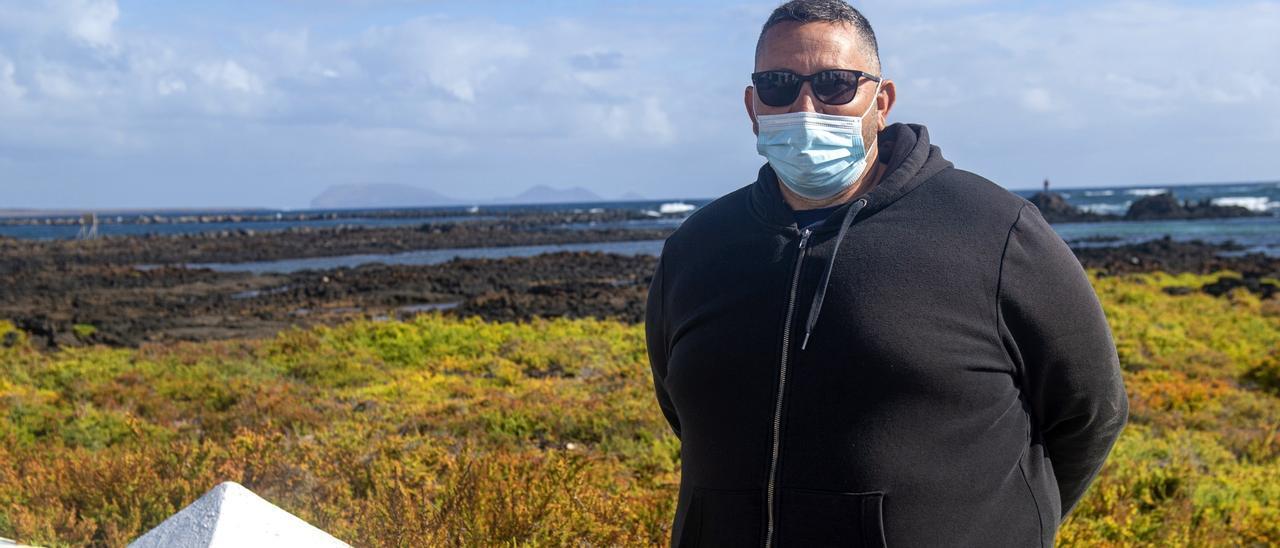 Marcos Lemes, uno de los vecinos que ayudó en el rescate de los inmigrantes subsaharianos que naufragaron anoche al llegar a la costa de Órzola en una lancha neumática. EFE/ Javier Fuentes